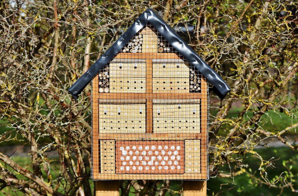 Mit einem Insektenhotel kann man leicht ein Insektenhabitat im eigenen Garten schaffen.